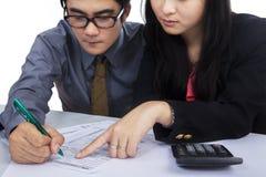 Commercieel team die belastingsvorm invullen stock foto's