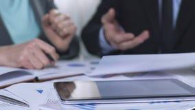 Commercieel team die besluit over efficiënt verkiezingsbedrijf nemen, analysegegevens stock footage