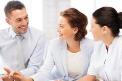 Commercieel team die bespreking in bureau hebben Stock Fotografie