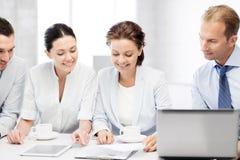 Commercieel team die bespreking in bureau hebben Stock Afbeeldingen