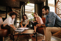 Commercieel team die bespreking over nieuw project hebben stock foto's