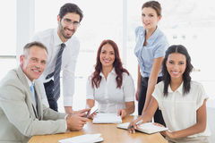 Commercieel team die bij camera glimlachen Royalty-vrije Stock Foto