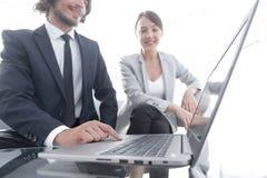 Commercieel team die bij een bureau werken royalty-vrije stock foto's