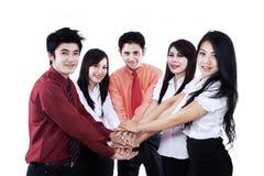 Commercieel team die bij hun samen geïsoleerde handen aansluiten zich Royalty-vrije Stock Afbeelding