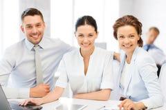 Commercieel team die in bureau werken Royalty-vrije Stock Afbeelding