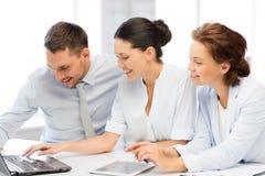 Commercieel team die in bureau werken Stock Afbeelding