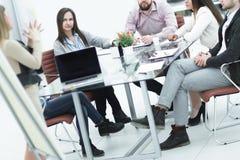 Commercieel team die de presentatie van een nieuw bedrijfsproject bespreken stock afbeelding