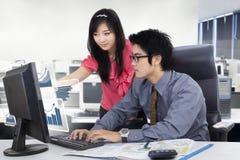Commercieel team die in de werkplaats samenwerken Stock Foto's
