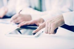 Commercieel team die digitale tablet gebruiken, die met het financiële programma van de bedrijf` s ontwikkeling werken stock afbeeldingen