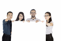 Commercieel team die duimen tonen bij de camera stock afbeeldingen
