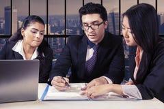Commercieel team die een bedrijfscontract lezen Stock Foto's