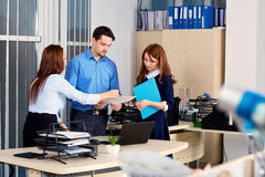 Commercieel team die in een bureau met hun documenten communiceren royalty-vrije stock foto's