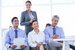 commercieel team die een nota nemen tijdens een vergadering Stock Foto's