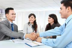 Commercieel team die een overeenkomst maken stock afbeelding