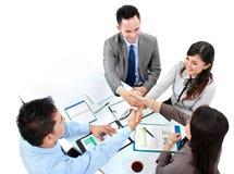 Commercieel team die een overeenkomst maken stock afbeeldingen