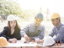 Commercieel team die een structuur met houten kubussen maken De bouw van een bedrijfsconcept royalty-vrije stock afbeeldingen