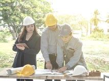 Commercieel team die een structuur met houten kubussen maken De bouw van een bedrijfsconcept royalty-vrije stock foto