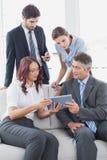 Commercieel team die een tablet bekijken Royalty-vrije Stock Afbeelding