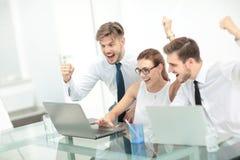 Commercieel team die een triomf met omhoog wapens vieren Stock Afbeeldingen