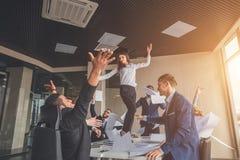 Commercieel team die een triomf met omhoog wapens vieren Stock Fotografie