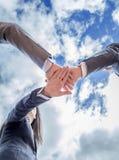 Commercieel team die eenheid met handen samen tonen Stock Foto