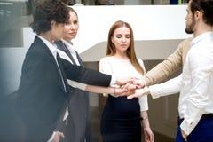 Commercieel team die eenheid met hun handen samen tonen stock afbeelding