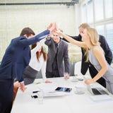 Commercieel team die elkaar een hoogte vijf geven Royalty-vrije Stock Foto