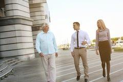 Commercieel team die en gesprek lopen hebben royalty-vrije stock afbeeldingen