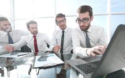 commercieel team die financiële gegevens bespreken stock foto's