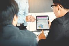 Commercieel team die financiële verslagen onderzoeken en zaken analyseren royalty-vrije stock foto's