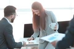 Commercieel team die financi?le grafieken analyseren P stock fotografie