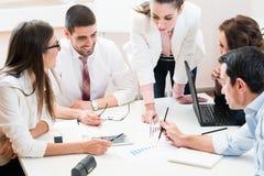 Commercieel team die gegevens analyseren en strategie bespreken Royalty-vrije Stock Afbeelding