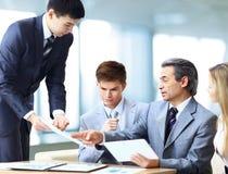 Commercieel team die het bedrijf` s werkplan bespreken Stock Afbeelding