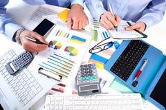 Commercieel team die in het bureau werken. Stock Afbeeldingen