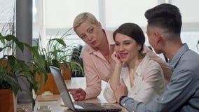 Commercieel team die hun startproject bespreken bij de vergaderzaal stock videobeelden