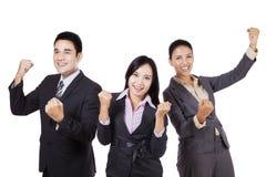 Commercieel team die hun succes op studio vieren royalty-vrije stock foto's