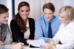 Commercieel team die ideeën bespreken Stock Afbeelding