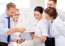 Commercieel team die iets in bureau bespreken Stock Afbeeldingen