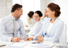 Commercieel team die iets in bureau bespreken Stock Afbeelding