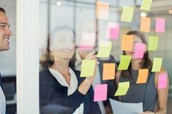 Commercieel team die kleverige nota's bekijken Royalty-vrije Stock Foto