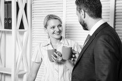 Commercieel team die koffiepauze, bespreking hebben die bij bureauconcept spreken Pauzezaken Vergaderingskoffie royalty-vrije stock foto's