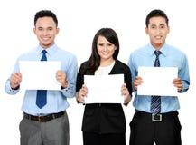 Commercieel team die leeg document houden Stock Afbeelding