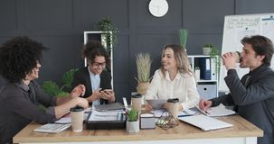 Commercieel team die media van inhoud op mobiele telefoon in vergaderzaal genieten stock videobeelden