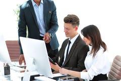 Commercieel team die met documenten in een modern bureau werken royalty-vrije stock foto
