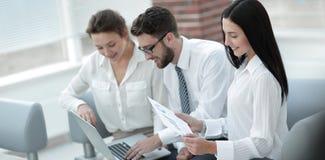 Commercieel team die met financiële grafieken in het bureau werken stock afbeelding