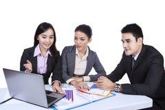 Commercieel team die met geïsoleerd laptop werken - Stock Afbeelding