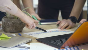 Commercieel team die met grafiek en laptop werken stock videobeelden