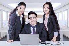 Commercieel team die met het tonen van etnische diversiteit glimlachen Stock Afbeeldingen