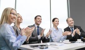 Commercieel team die met laptop handen slaan Stock Afbeeldingen