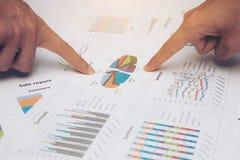 Commercieel team die met rapporten over lijst in bureau werken Royalty-vrije Stock Afbeelding